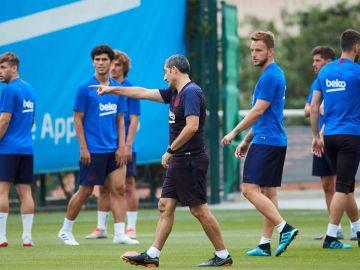 Valverde, dirigiendo el entrenamiento del Barça