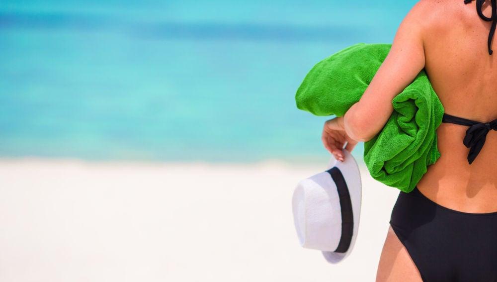 Mujer con toalla en la playa