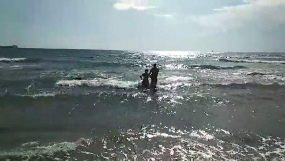 La Guardia Civil rescata a una mujer a punto de morir ahogada en Torrevieja