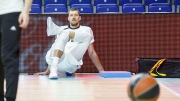Ognjen Kuzmic estirando cuando todavía era jugador del Real Madrid