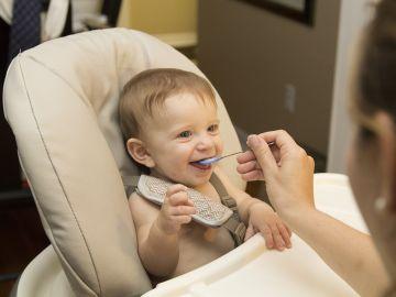 Bebé comiendo un puré