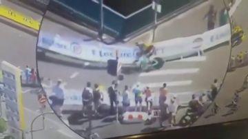 Terrible imagen: Wout van Aert abandona el Tour tras un grave accidente contra una valla