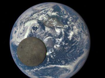 Vista de la luna y la tierra