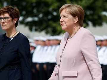 La ministra de Defensa alemana Annegret Kramp-Karrenbauer y la canciller alemana Angela Merkel