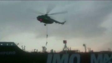 El momento en el que militares de la Guardia Revolucionaria iraní asaltan el petrolero británico en el estrecho de Ormuz
