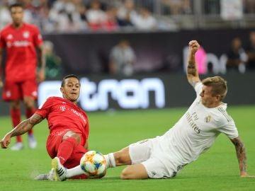 Thiago Alcántara y Kroos en la disputa de un balón durante el partido