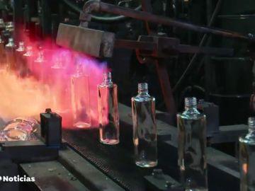 De una fábrica de vidrio de Segovia salen los frascos de perfumes de medio mundo