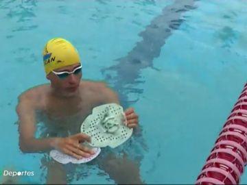 La bonita inicitativa de Carlos Sosa: crear palas de natación con plástico reciclable para la lucha contra el cáncer
