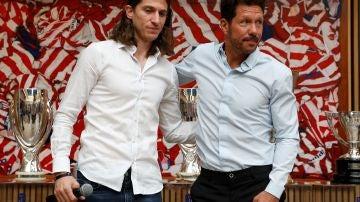 Filipe Luis en su despedida del Atlético de Madrid junto al Cholo Simeone