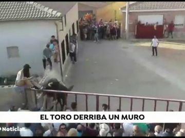 Cinco heridos tras chocar un toro contra un muro donde se encontraban subidos