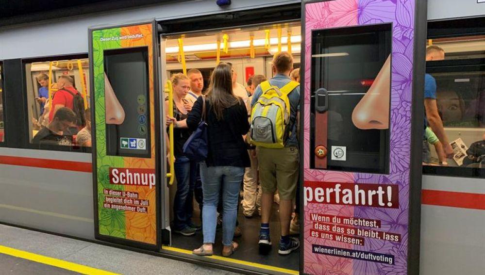 Metro de Viena perfumado y decorado con colores característicos