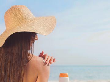 Chica con protector solar