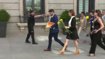 Los diputados de ERC entran al Congreso con flores amarillas