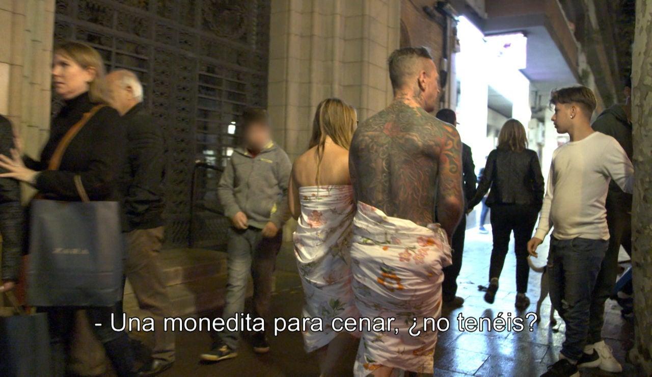 Lidia y Dani piden limosna en la calle
