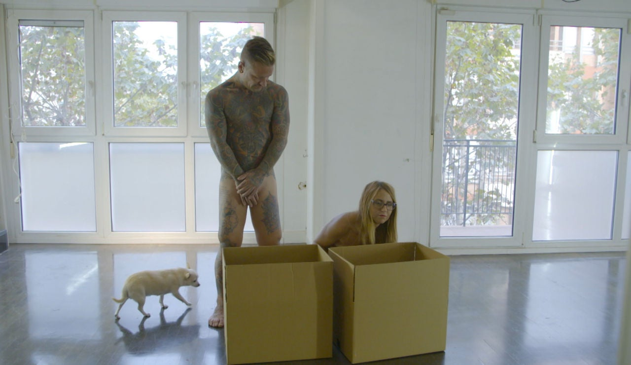 Lidia se niega a salir de su casa tras desnudarse por completo