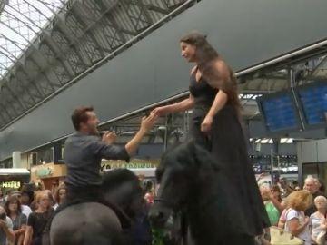 Dos actores se pasean a caballo por los andenes y establecimientos del metro de París