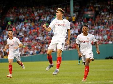 El jugador del Sevilla Alejandro Pozo celebra luego de anotar un gol este domingo