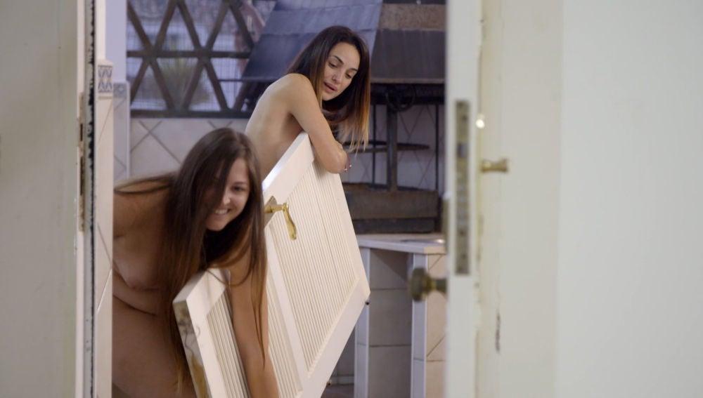 """Marina y Desiré, desnudas y pegadas, en busca de algo para taparse: """"Se me está viendo todo"""""""
