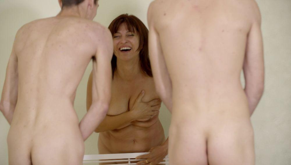 Maribel sufre un ataque de risa al desnudarse junto a su familia
