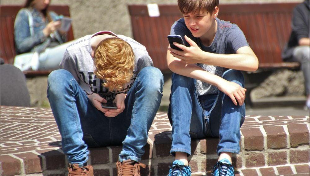 Los peligros y los delitos que cometen y sufren los niños en WhatsApp