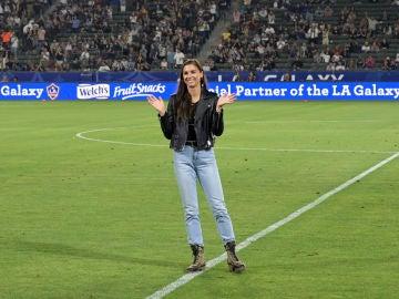 Alex Morgan es homenajeada antes de un partido de la MLS