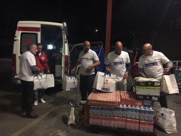 Cruz Roja atendiendo a los scouts desalojados