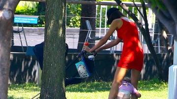 Irina Shayk juega en el parque con su hija
