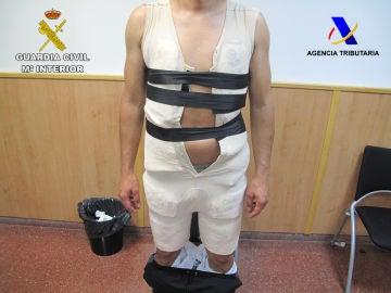 Detenido en el aeropuerto de Barcelona por ocultar seis kilos de cocaína bajo una faja