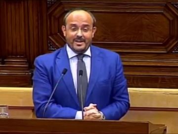 El presidente del PP le canta una canción de Manolo Escobar a Torra en el Parlament