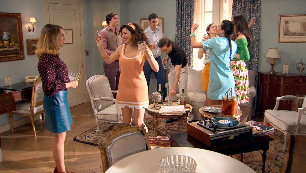 Amelia monta una fiesta en la suite del hotel para sorpresa de Luisita