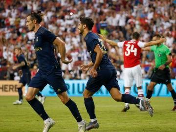 Bale y Asensio celebran juntos un gol del Real Madrid