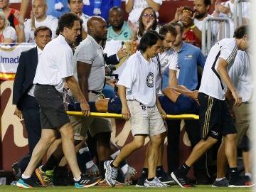 Marco Asensio abandona el terreno de juego en camilla