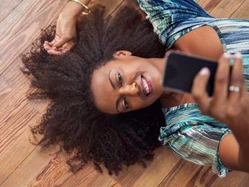 Una chica se hace una foto con su móvil