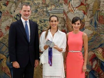 Ona Carbonell junto a los Reyes de España