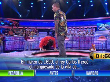 Silvia Abril se arrodilla ante un concursante en '¡Ahora caigo!'