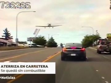 Una avioneta aterriza de emergencia en medio de una carretera