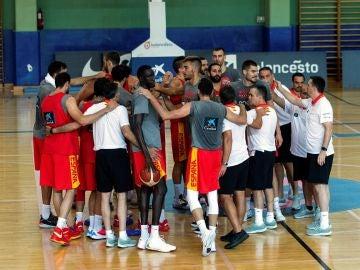 La selección masculina de baloncesto entrenando en el  pabellón Triangulo de oro en Madrid