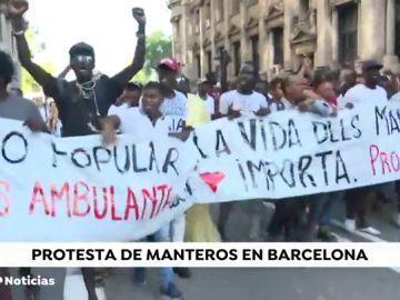 """Los manteros de Barcelona se manifiestan por el """"racismo institucional"""" que hay contra ellos"""