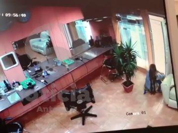 Herida grave una mujer tras ser apuñalada en el interior de una peluquería en el Raval