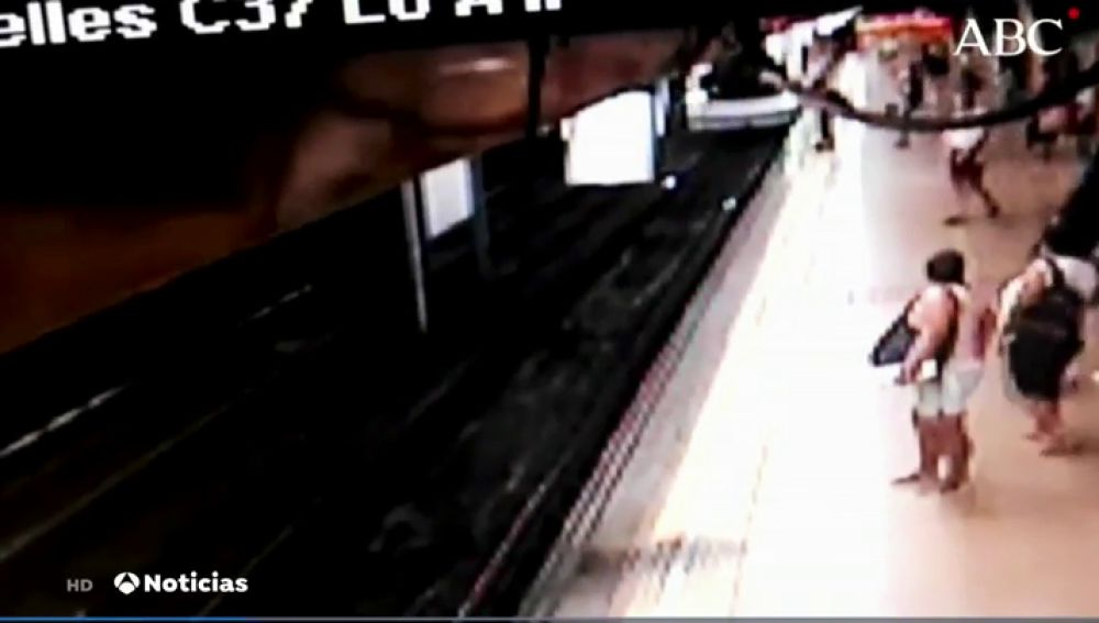 Detenido tras empujar a un joven a las vías del Metro en el momento en el que pasa el convoy
