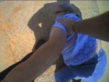 Un policía reduce a una mujer