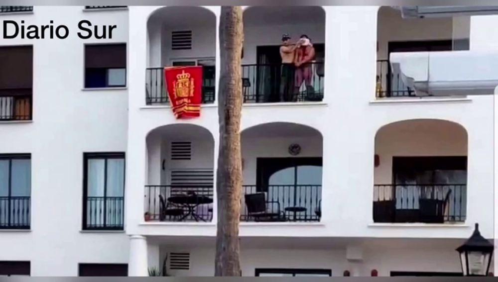 Hombre maniatado y ensangrentado en el balcón