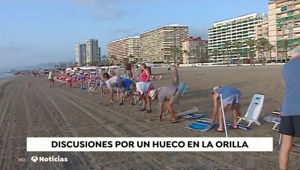 Las playas, escenario de 'guerras' por un hueco en la arena para clavar la sombrilla