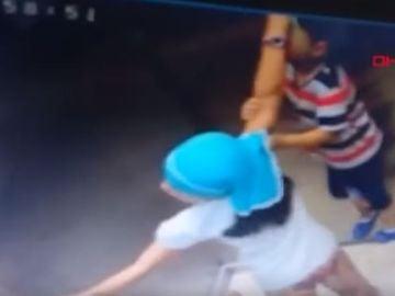 Un niño casi muere en el ascensor al engancharse su cordón en las puerta