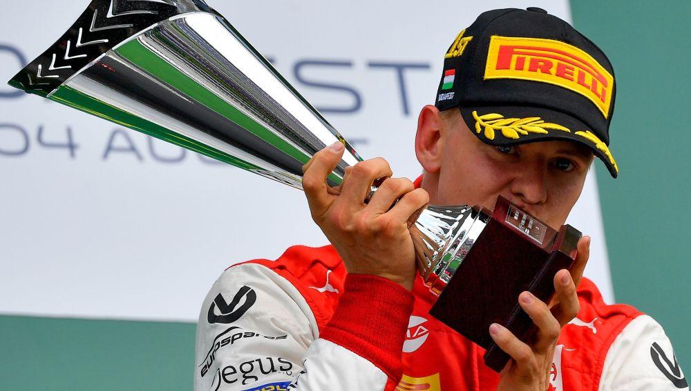 Mick Schumacher, tras conseguir su primera victoria en la Fórmula 2
