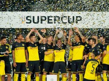 Paco Alcácer levanta la Supercopa de Alemania 2019
