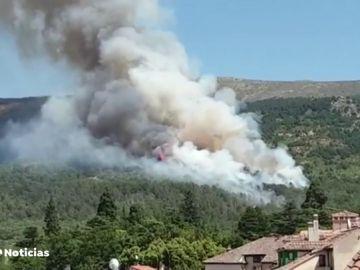 Un incendio en la sierra madrileña se acerca al Parque Nacional de Guadarrama