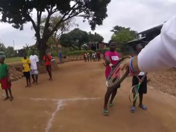 """Tenis solidario en Uganda: """"A veces nos sentimos como Papá Noel"""""""