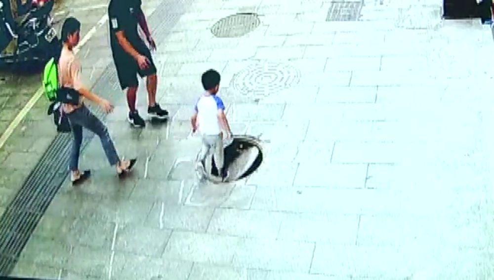 Un niño cae por una alcantarilla y su padre consigue rescatarlo en China