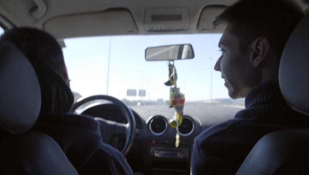 Alejandro consigue parar a un coche para que lo lleve a la Universidad